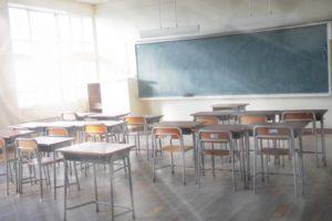 同窓会を想起させる学校の教室の画像