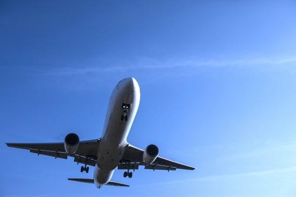 飛行機が飛び立っている画像
