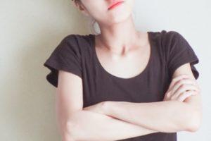 感情をコントロールできずに怒っている女性の画像