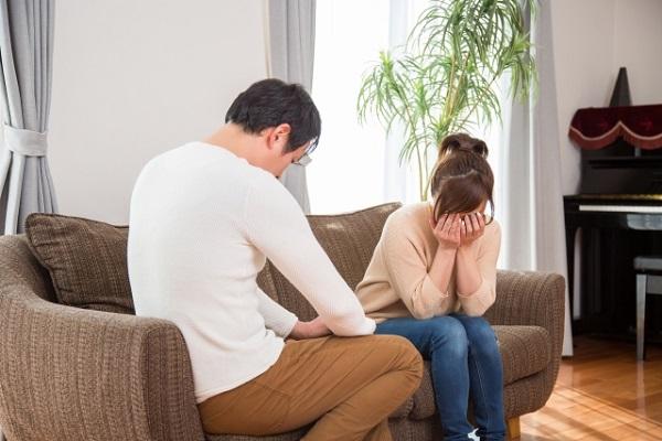 泣きながら別れている男女の画像