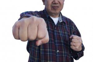 怒りながら交際に反対するお父さんの画像