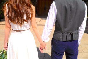 手を繋いでいる夫婦の画像