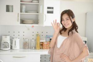 復縁をレシピに例えて理解しようとしている女性の画像